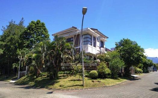 Rumah Mewah di Villa Puncak Tidar Dijual di Malang